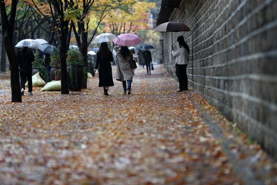18일부터 19일까지 전국에 늦가을 비가 이어진다. 18일은 약한 비, 19일은 강한 비가 예상된다. 뉴스1