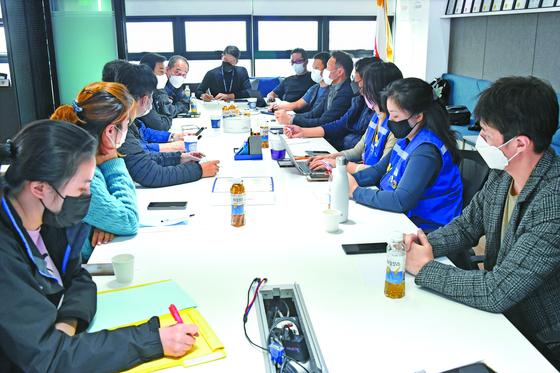 16일 오전 대한항공과 아시아나항공 노동조합 관계자들이 함께 모여 대책을 논의하고 있다. [연합뉴스]