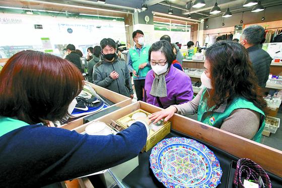 GS칼텍스 직원 자원봉사자가 서울 강남구청역점을 찾은 시민들을 안내하고 있다. 우상조 기자