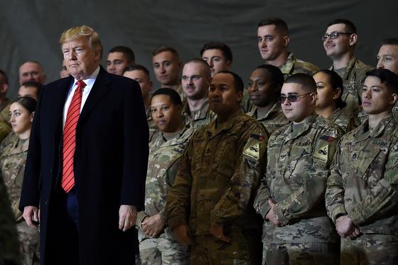 도널드 트럼프 미국 대통령은 지난해 11월 28일 추수감사절을 맞아 아프가니스탄 바그람 공군기지를 깜짝 방문했다. 트럼프 대통령은 1월까지 아프간 주둔 미군을 4500명에서 2500명으로 줄이라고 명령했다. [AFP=연합뉴스]