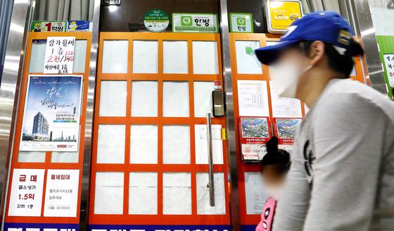전세 매물 품귀로 서울시내 한 부동산 중개업소의 매물 안내문이 비어있다.