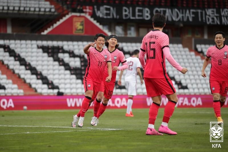 축구대표팀 황희찬(왼쪽)이 카타르전에서 선제골을 터트린 뒤 기뻐하고 있다.[사진 대한축구협회]