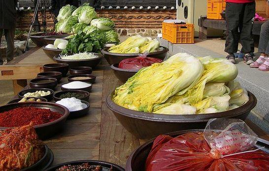 식품의약품안전처(식약처)는 18일 안전하게 김치를 담가 섭취할 수 있도록 식품 조리 기구의 올바른 선택과 사용방법에 대한 정보를 제공하겠다고 밝혔다. 제공 wikimedia commons