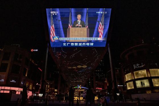지난 9일 중국 베이징 한 쇼핑몰의 대형 전광판에 중국중앙방송(CC-TV) 뉴스의 조 바이든 미 대통령 당선인 영상이 나오고 있다. 중국은 지난 13일 뒤늦게 외교부 대변인을 통해 축하 메시지를 전했다. 시진핑 주석은 아직 축전을 보내지 않았다. [로이터=연합뉴스]