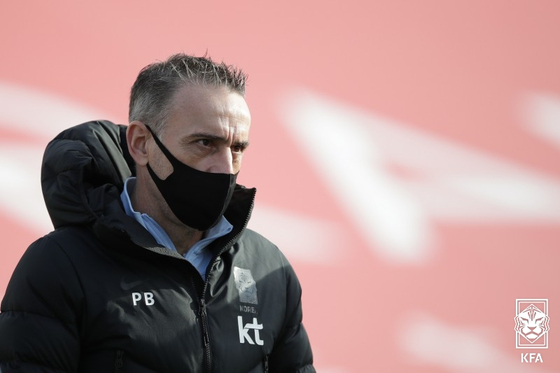 파울루 벤투 감독이 17일 열린 카타르전 선수들을 지켜보고 있다. 대한축구협회