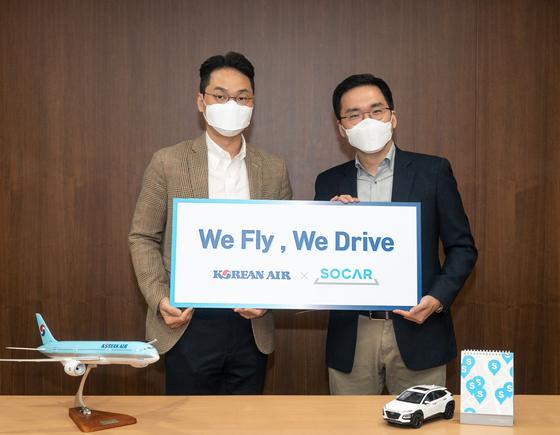 장성현 대한항공 마케팅/IT 부문 부사장(왼쪽)과 쏘카 위현종 부사장(오른쪽)이 기념 촬영을 하고 있는 모습.