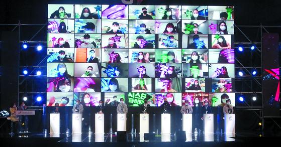 국내 최대 게임 전시회인 '제16회 지스타(G-Star) 2020'이 19일 부산 해운대구 벡스코에서 화려한 막을 올렸다. 올해 16회째인 지스타는 코로나19 확산 방지를 위해 온택트(온라인과 대면)로 열려 게임팬들이 온라인으로 개막식을 보며 축하하고 있다. 송봉근 기자