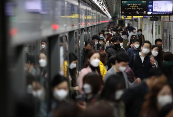 수도권 사회적 거리두기가 1.5단계로 격상된 19일 오전 서울 광화문역에서 시민들이 마스크를 쓰고 이동하고 있다. 연합뉴스