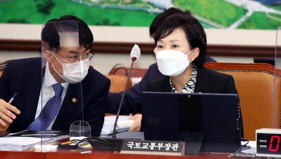 김현미 국토교통부 장관이 19일 국회 교통위원회에 출석, 윤성원 1차관과 대화를 하고있다. 오종택 기자