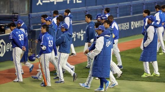 2015년 한국시리즈에서 지고 더그아웃에 들어가는 삼성 선수들. [중앙포토]