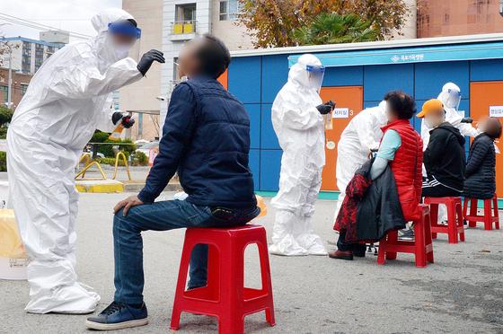 지난 18일 오전 전남 목포시 상동 목포기독병원에 설치된 선별진료소에서 주민들과 병원 의료진들이 신종 코로나바이러스 감염증(코로나19) 검사를 받고 있다. 뉴스1