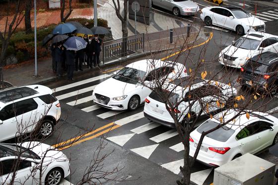 광주광역시 북구 운암동에서 일가족 4명을 화물차가 들이받는 사고가 난 현장. 지난 17일 사고로 3살 여아 1명이 숨지고 30대 어머니와 7살 여아가 다쳤다. 뉴스1