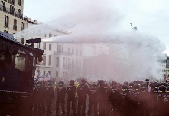 독일 베를린서 코로나 통제반대 대규모 집회 열려…경찰 '물대포' 대응