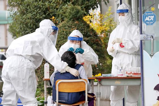 18일 광주광역시 서구 염주초등학교에서 학생들이 코로나19 검사를 받고 있다. 뉴스1