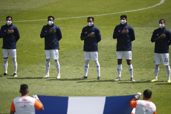 15일 온두라스와 A매치 평가전에 앞서 마스크를 착용한 과테말라 선수들. [AP=연합뉴스]