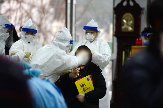 광주에서 전남대병원발 신종 코로나바이러스 감염증(코로나19) 확진자가 속출하고 있는 가운데 20일 오후 광주 남구 한 고등학교에서 한 재학생이 진단 검사를 받고 있다. 뉴스1