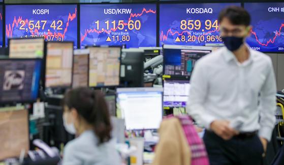 19일 오후 서울 중구 하나은행 딜링룸 스크린에 지수가 띄워져 있다.   연합뉴스