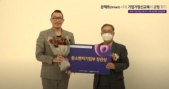 사진 왼쪽 한성대 홍성재 교수