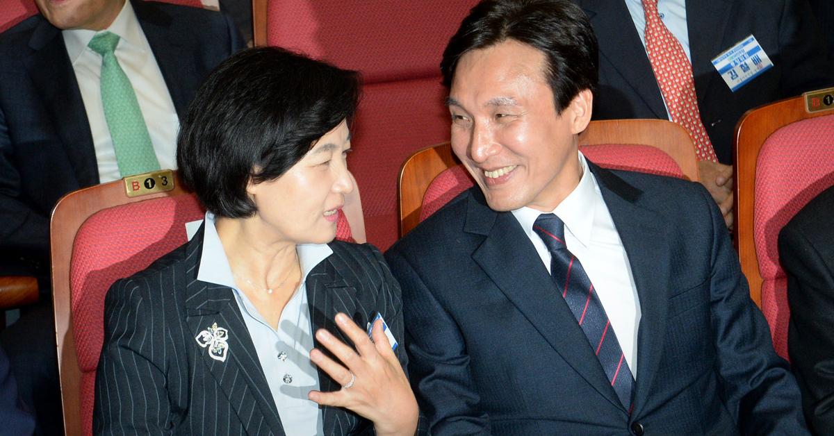 추미애 법무부 장관(왼쪽)과 김민석 더불어민주당 의원. 사진은 지난 2016년 10월 19일 오후 서울 여의도 국회 의원회관에서 열린 더불어민주당 중앙위원회의에서 이야기를 나누도 있는 두 사람. 중앙포토
