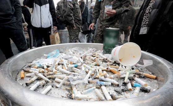 9일 서울역 광장 흡연실에서 시민들이 담배를 피고 있다. 뉴스1