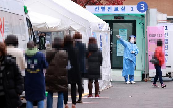 20일 서울 중구 국립중앙의료원 신종 코로나바이러스 감염증(코로나19) 선별진료소를 찾은 시민들이 검사 순서를 기다리고 있다.   중앙방역대책본부는 이날 0시 기준으로 코로나19 신규 확진자가 363명 늘어 누적 3만17명이라고 밝혔다. 연합뉴스