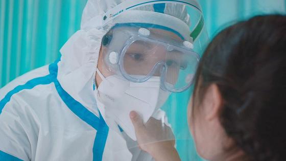 코로나19 감염과 방역을 소재로 중국 동영상 플랫폼에서 7억 뷰 이상 달성한 영화 '최미역행'의 한 장면. 국내에선 25일 극장 개봉한다. [사진 시네마뉴원]