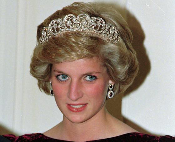 1985년 11월 7일 호주 애들레이드에서 열린 국빈 만찬에 당시 남편이었던 찰스 영국 왕세자와 참석한 다이애나 왕세자빈. AP=연합뉴스