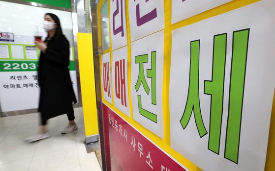 정부가 지난 10년간 전세대책을 재검토해 마련했다는 전세대책이 논란을 낳고 있다. 20일 오후 서울의 한 공인중개사무소에 전세상담 안내문이 붙어 있다. [뉴스1]