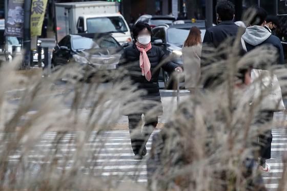 초겨울 날씨를 보인 지난 20일 오전 서울 종로구 일대에서 두꺼운 옷을 입은 시민이 출근길을 서두르고 있다. 뉴시스