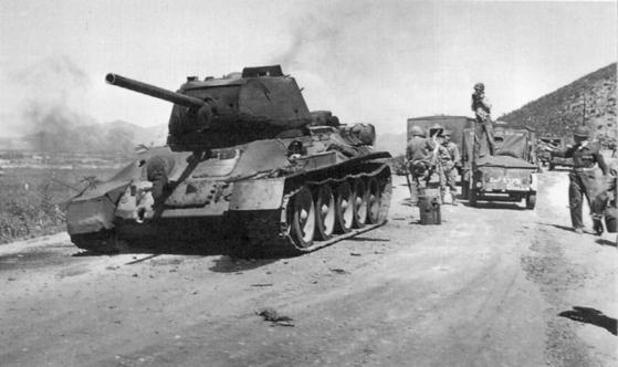 1950년 9월 17일 경인가도에서 월터 모니건 2세 일병이 발사한 로켓탄에 전차 하부를 관통당하면서 파괴된 북한군의 T-34. [wikipedia]