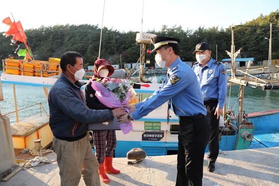 지난 9일 전남 여수시 돌산 상동항에서 여수해양경찰이 9명의 목숨을 구한 유자망 어선 선장 정병오씨 부부에게 감사패를 전달하고 있다. 사진 여수해경