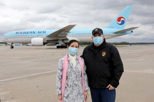 사진은 한국 검사키트를 구매한 호건 주지사 부부. 사진 SNS 캡처