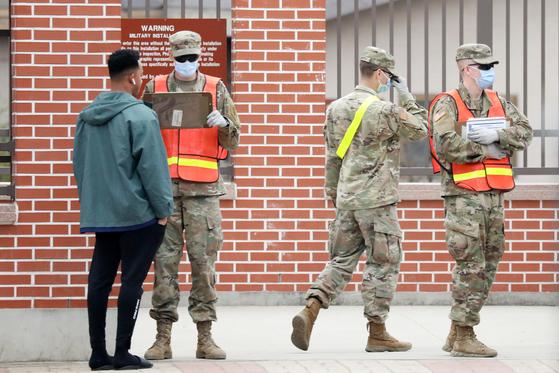 지난 3월 경기도 평택 캠프 험프리스에서 미군 장병들이 마스크를 쓴 채 출입을 통제하고 있다. 뉴스1