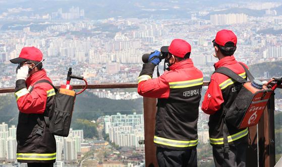 대전 동구 식장산에서 산불감시원들이 순찰하고 있다. 뉴스1