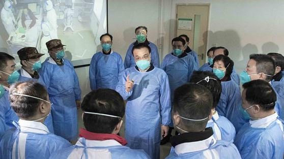 리커창 중국 총리 (가운데)가 시진핑 국가 주석의 위탁으로 올해 1 월에 무한 현지 시찰에 나와 의료진을 격려하고있다. [중국 신화망 캡처]