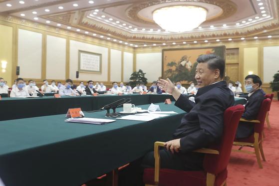 지난 7 월 21 일 시진핑 중국 국가 주석 (앞줄)는 베이징 인민대 회당에서 중국 국영, 민영, 외자 기업 초청 좌담회를 가졌다. 이 자리에 李克 강 총리는 모습을 드러내지 않았다. [신화=연합뉴스]