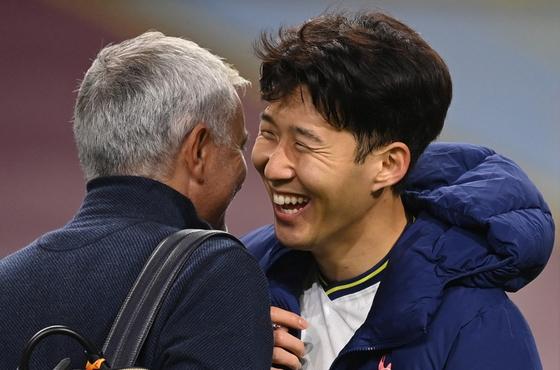 조제 모리뉴 토트넘 감독(왼쪽)과 손흥민. 로이터=연합뉴스