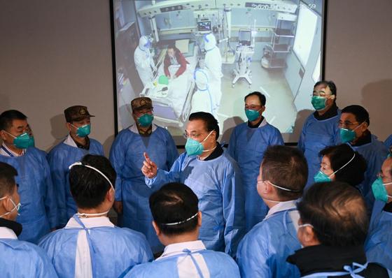 리커창 총리 (가운데)가 올해 1 월에 코로나가 번성했던 무한을 찾아 의료진을 격려하고있다. [중앙인민정부 홈페이지]