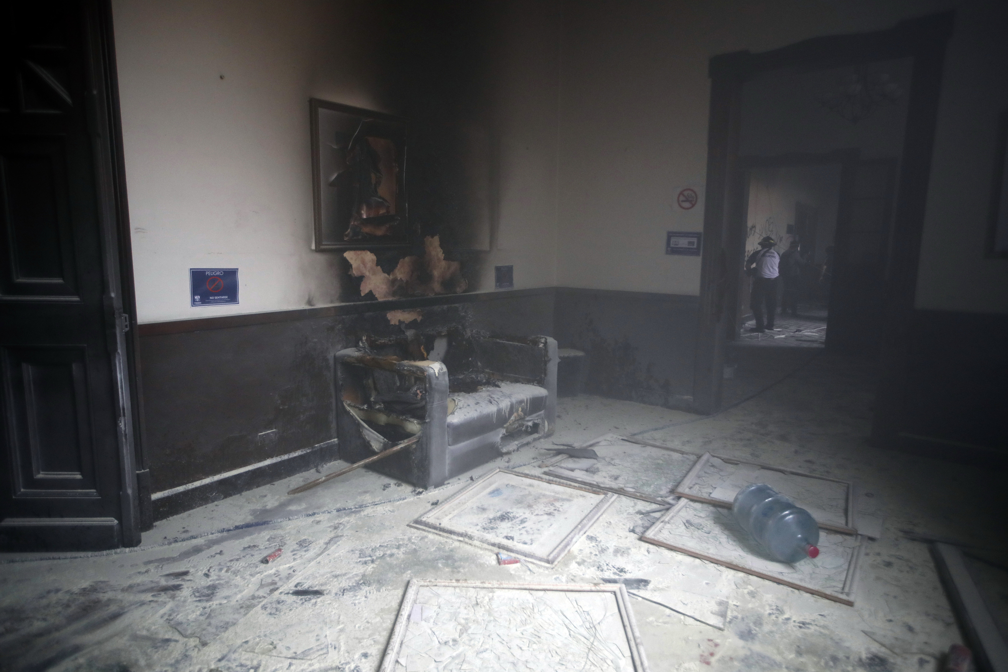 국회 의사당 내 집기와 전시물이 탄 훼손되었다. AP 통신