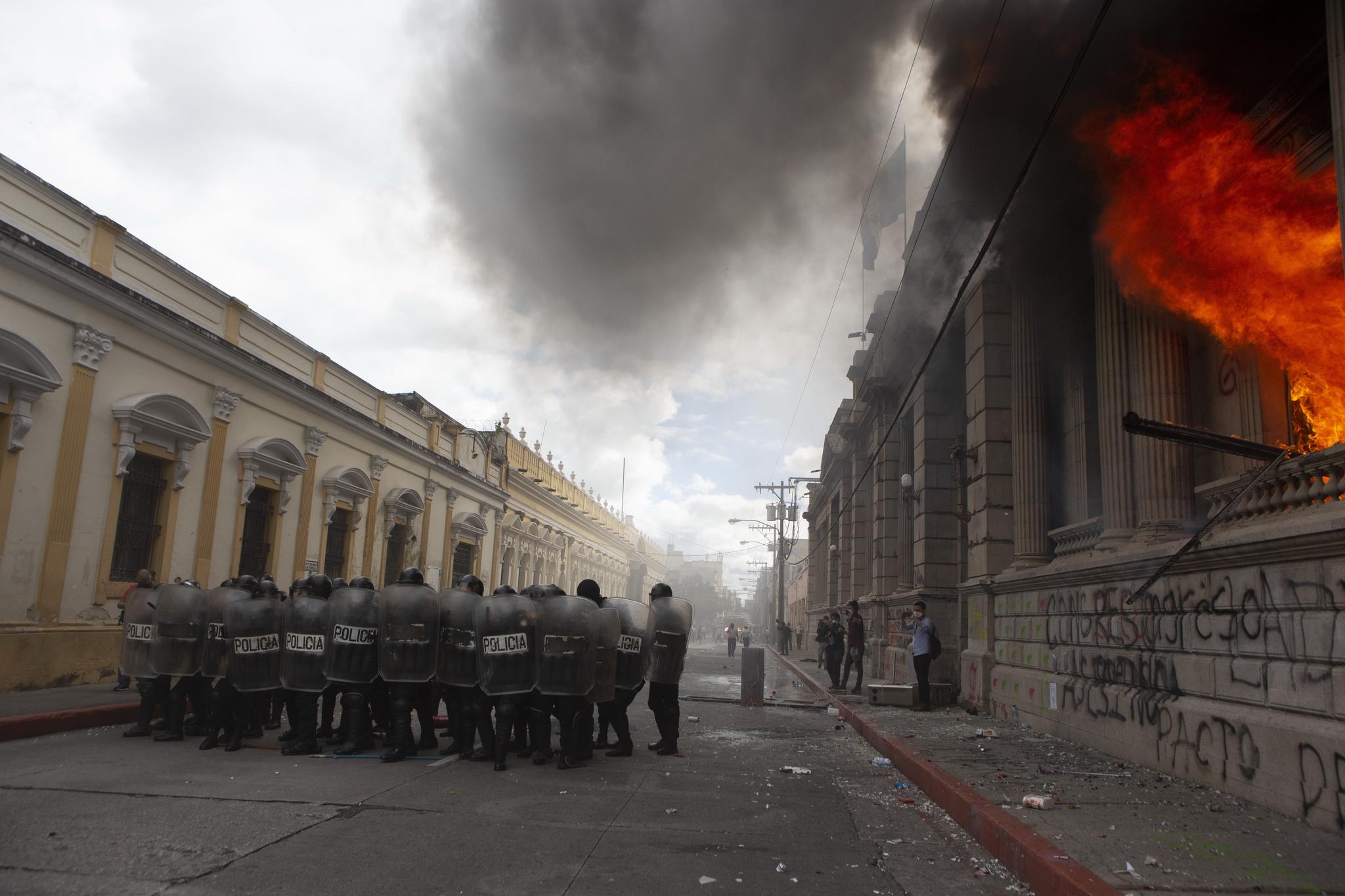 화재가 발생한 의사당 건물에서 불길이 치 솟고있다. AP 통신