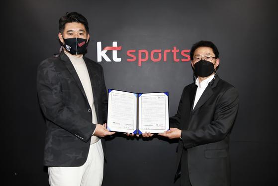 이숭용 KT 단장(좌)과 이상현 부산 기장군 도시관리공단 마케팅팀장(우)이 협약 후, 기념촬영을 하고 있다. KT 제공