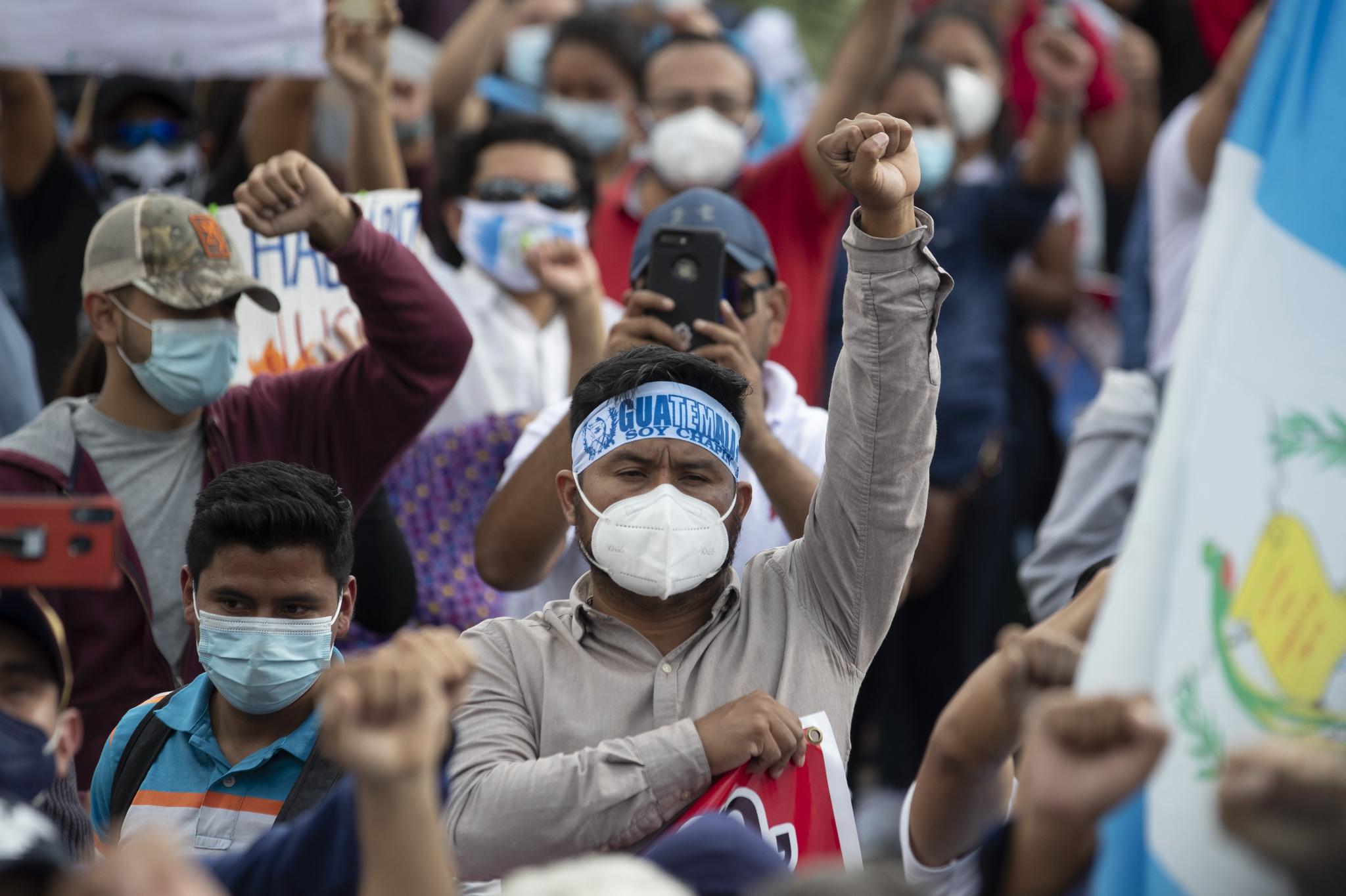 시위대가 21 일 흙손 말라 국회 의사당 주변에 집결하고있다. 이 날 수도뿐만 아니라, 과테말라 각지에서 2021 년 예산 거부 시위가 열렸다. AP 통신