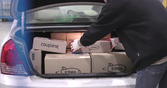 쿠팡플렉스 지원자가 본인의 승용차에 배송할 물건을 실고 있다. 쿠팡