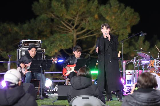 방송인 정준하가 기획한 전통주 콘서트가 5일 오후 경기도 안산시 대부도 그랑꼬또 와이너리에서 진행됐다. 뮤지컬배우 김준수가 노래하고 있다. 장진영 기자