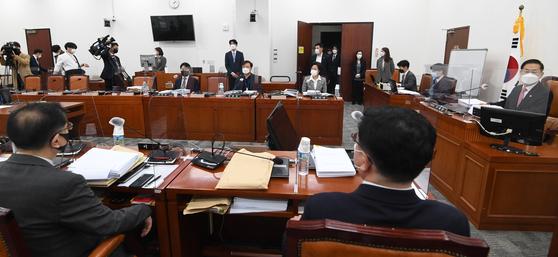 18일 오후 서울 여의도 국회에서 열린 고위공직자범죄수사처(공수처)장후보자추천위원회 3차 회의 모습. 중앙포토