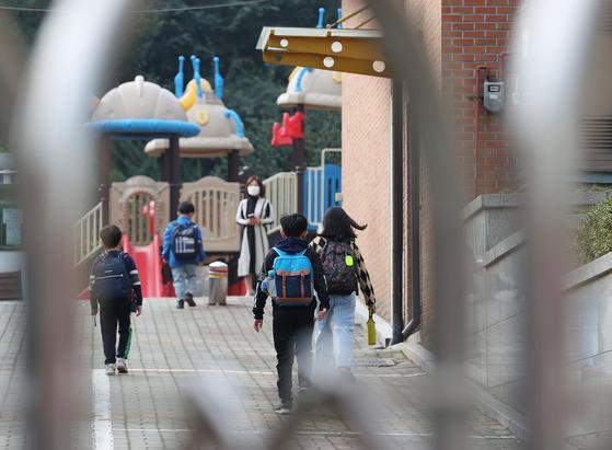 지난달 12일 오전 서울의 한 초등학교에서 학생들이 등교하고 있다. 연합뉴스