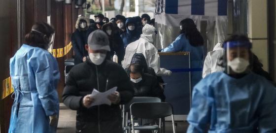 20일 서울 송파구보건소 선별진료소에서 시민들이 코로나19 검사를 기다리고 있다. 뉴스1