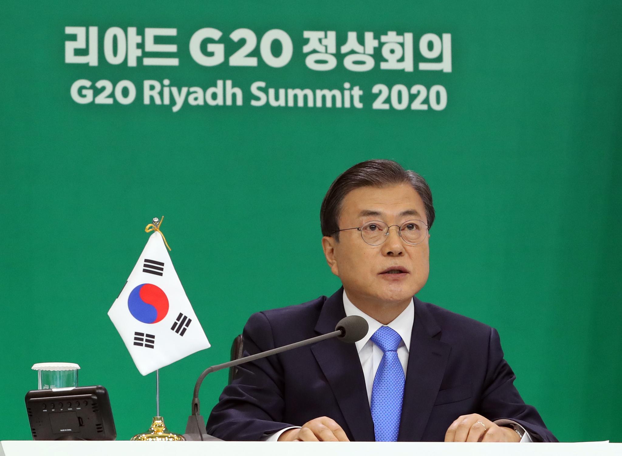 문재인 대통령이 21일 저녁 청와대에서 화상으로 열린 주요 20개국(G20) 정상회의에서 발언을 하고 있다. 청와대사진기자단
