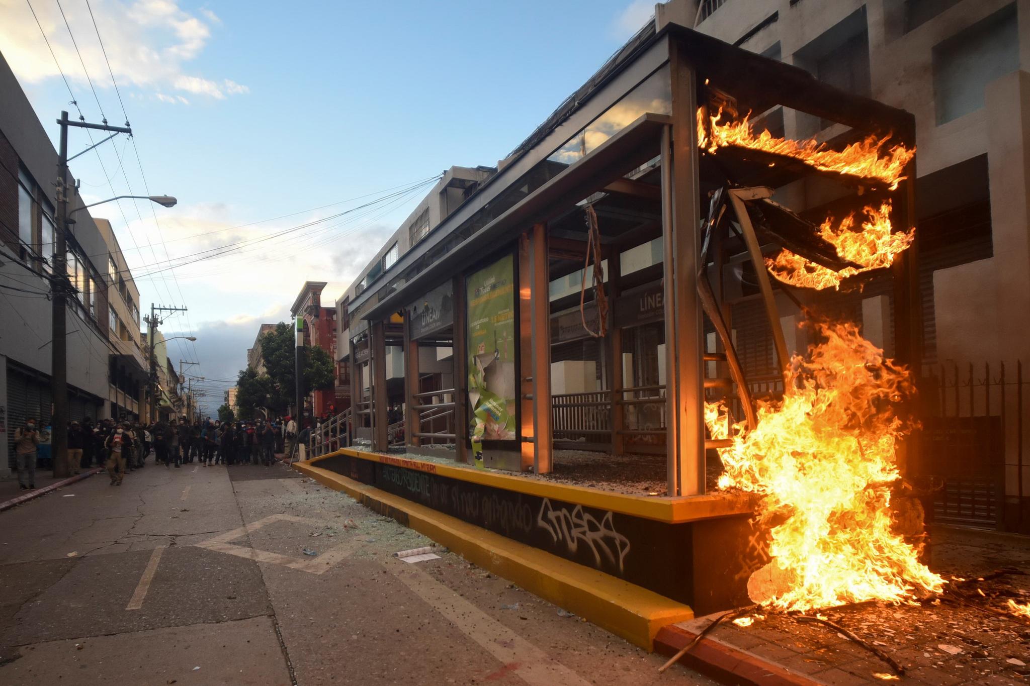 시위 현장의 버스 승강장이 불타고있다. AFP 통신