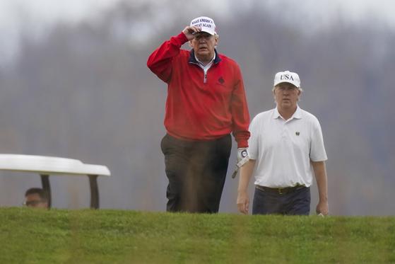 도널드 트럼프 미국 대통령이 21일(현지시각) 워싱턴 인근 버지니아주 스털링에 있는 트럼프 내셔널 골프장에서 골프를 치고 있다. [AP=뉴시스]